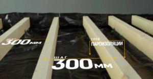 Przed ułożeniem zainstaluj warstwę paroizolacji i kłód. Odstęp między kłodami wynosi 30 cm.
