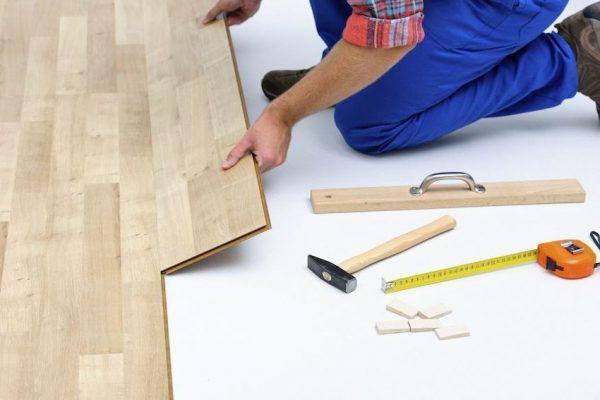 Instrukcja krok po kroku układania paneli podłogowych na linoleum