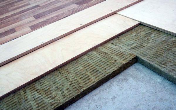 Innym sposobem na stworzenie szorstkiej podłogi jest układanie izolacji płyty na betonowej podstawie